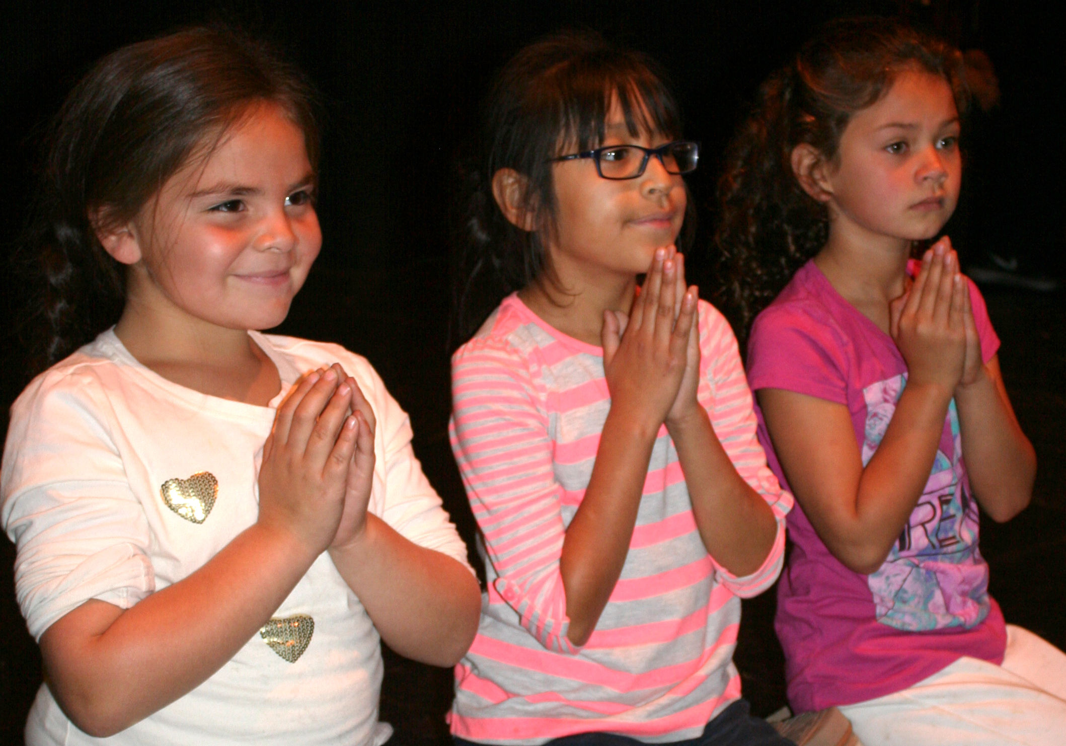 3 Girls Praying